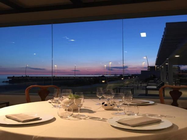 Ristorante con vetrate vista mare hotel4stelle Latina
