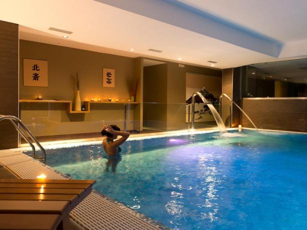 Cascata cervicale piscina idromassaggio SPA hotel4stelle Manfredonia