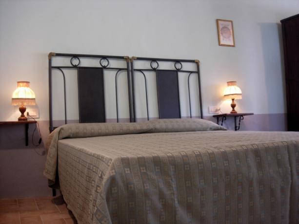 Agriturismo Gubbio camere eleganti, piscina, trekking, verde.