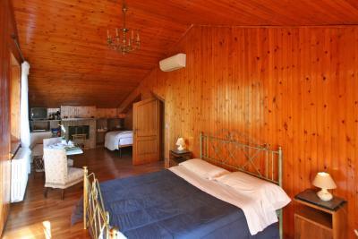 Letto Matrimoniale e Camino suite Torretta