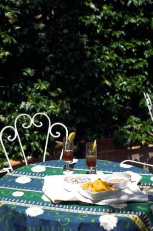 Tavolini all'aperto per aperitivi