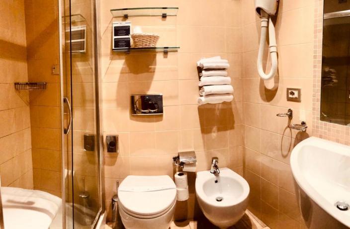 Bagno con doccia e accappatoio hotel a San-Bartolomeo