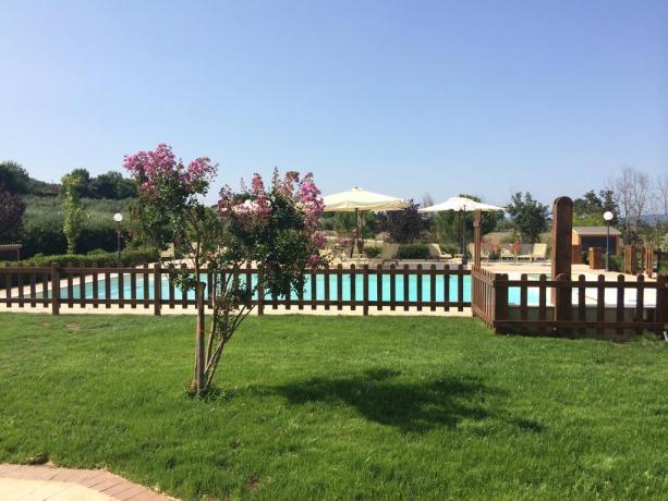 Resort con piscina esterna a Gualdo