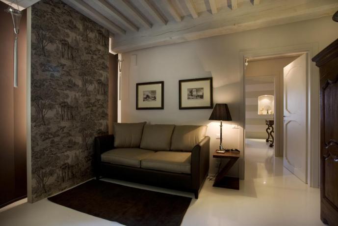 Camera Suite con salotto arredato a Montefalco