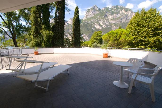 Hotel con terrazza solarium sulle Rive del Garda