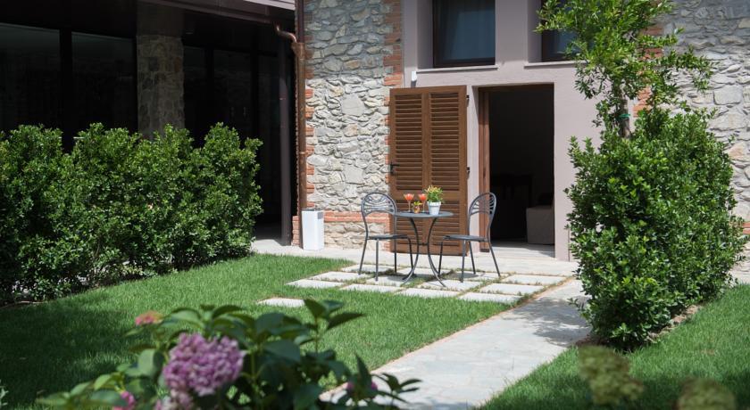 Tavolino con sedie nel giardino