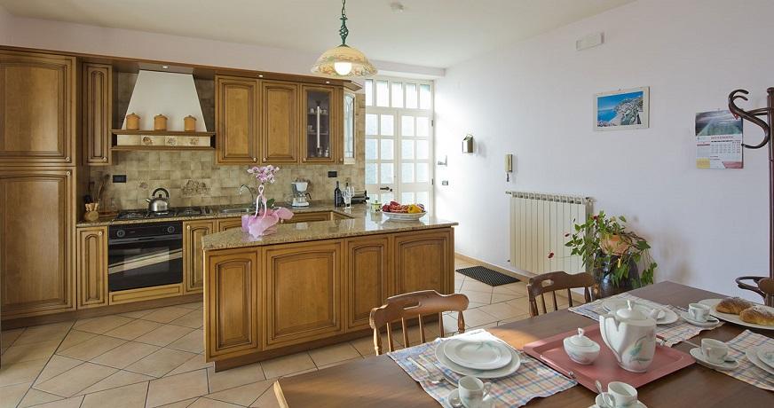 Camera doppia, camera matrimoniale, cucina, bagno e balcone
