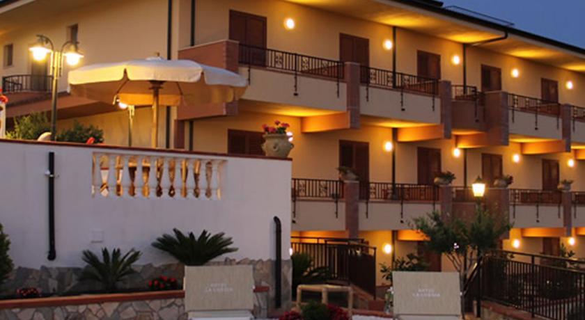 Entrata dell'Hotel Tortora in provincia di Cosenza