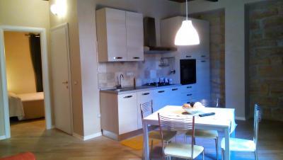 Cucina con  pareti in pietra appartamento Posterola