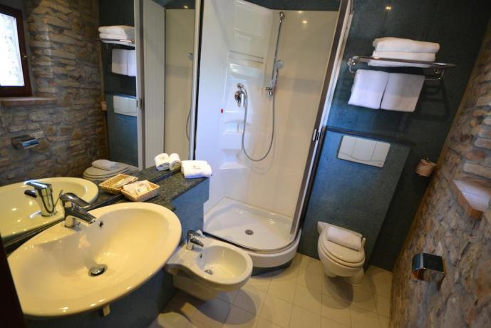Bagno privato con doccia e asciugamani hotel3stelle Assisi