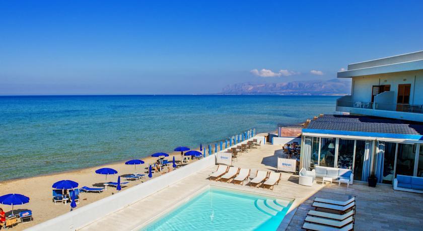 Hotel panoramico con piscina alcamo marina alcamo marina for Hotel barcellona sul mare