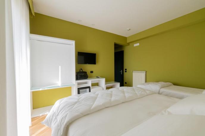 Camera matrimoniale con letto aggiunto hotel4stelle Casapulla
