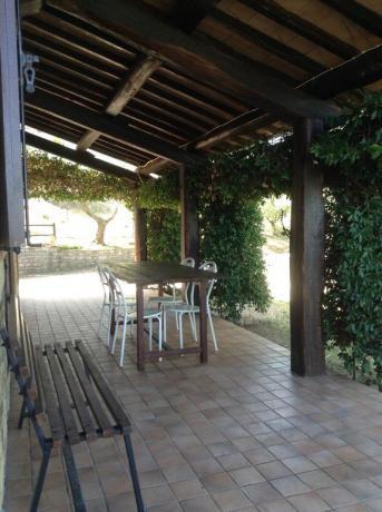 Portico in legno casale a Collelungo, vicino Todi