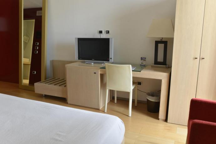 Camere con Tv e Scrivania a Lecce-Hotel4stelle