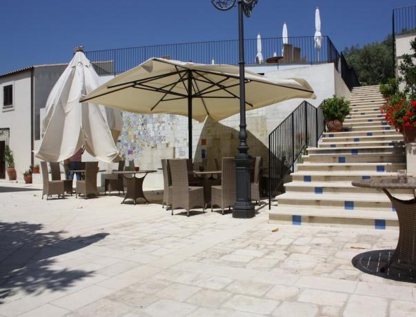 Solarium con ombrelloni all'hotel di Noto