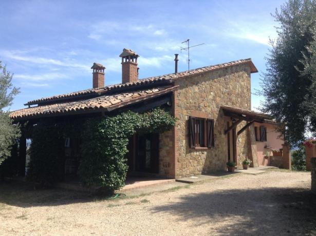 Esterno casale con giardino a Collelungo, vicino Todi