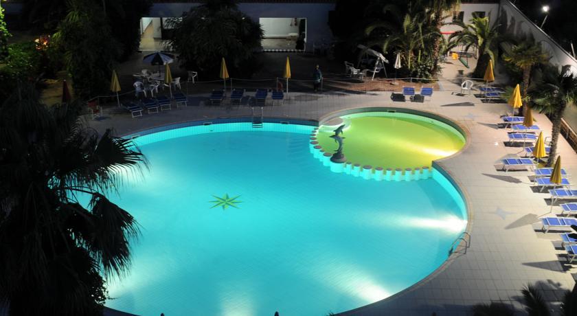 baia domizia hotel 4 stelle Piscina esterna attrezzata