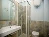 Bagno con doccia in appartamento panoramico in Umb