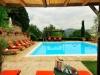 piscina solarium con lettini