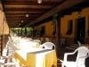 Ampio salone esterno con tettoia in legno