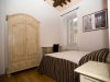 Camera con travi in legno