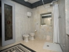 Bagno con doccia in complesso turistico a Valtopin