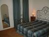 Camera matrimoniale, letto ferro battuto antico
